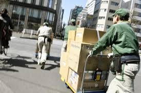 荷物を運ぶヤマト運輸の従業員=2017年、東京都内