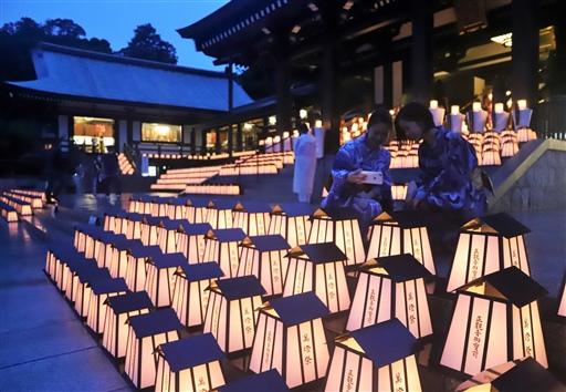 1500基の灯籠の明かりで幻想的な雰囲気に包まれた万灯祭=袋井市豊沢の法多山尊永寺