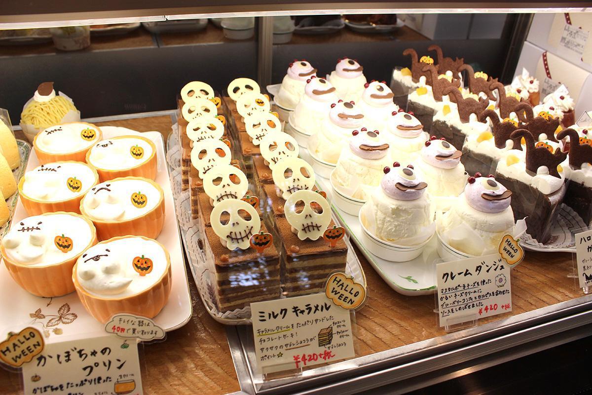 浜松・東三方の洋菓子店のショーケース内でお化けがパーティー ハロウィーン仕様で